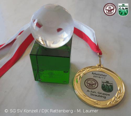 Der Pokal des Torschützenkönigs der A-Junioren Gruppe Straubing + Meistermedaille